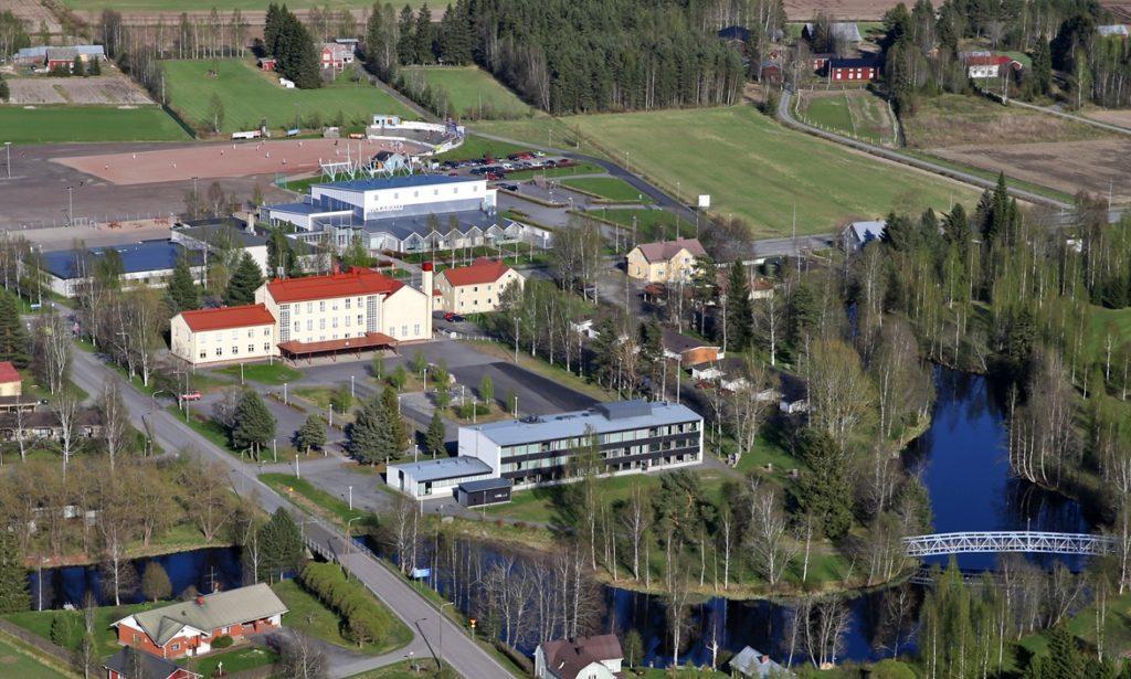Toivolanrannan yhtenäiskoulu ja Seinäjoen lukion Etelä-Seinäjoen toimipiste. Kuvassa taustalla näkyy Ritola-halli ja pesäpallokenttä. Etualalla joen ylittävä silta Koukkarin kuntoradalle. Kuvan vasemmassa reunassa Ville Ritolantie.