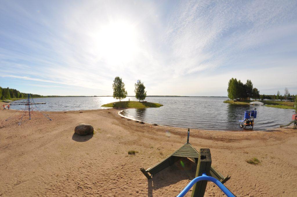 Kuvassa Kalajärven uimarannalla olevat leikkitelineet