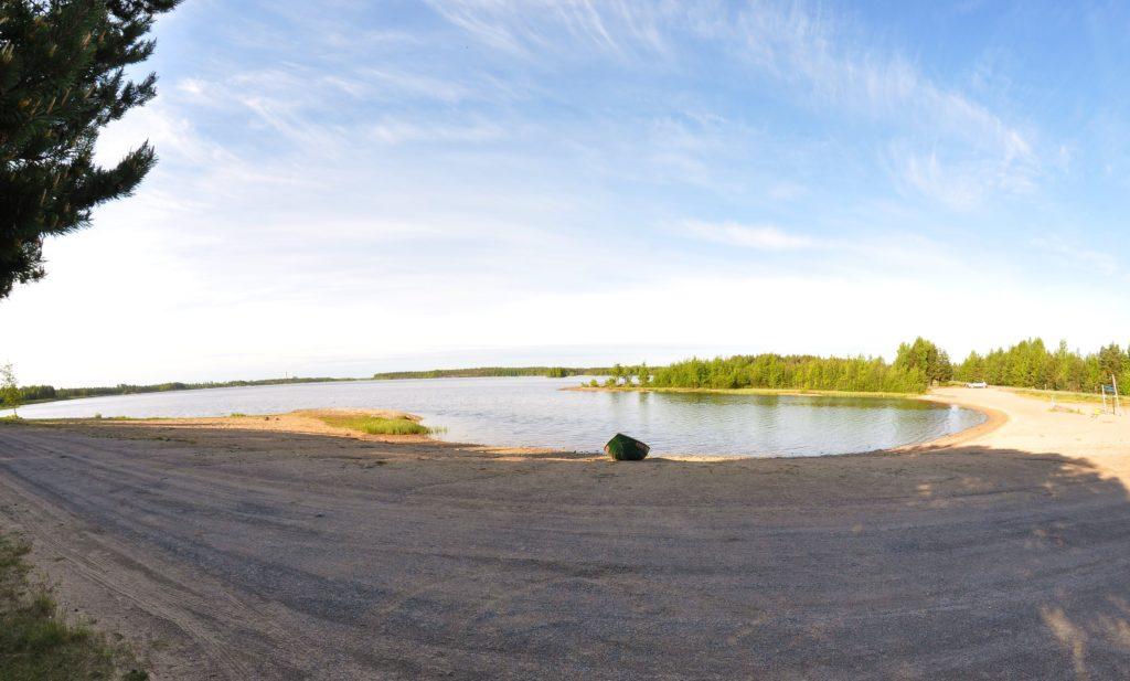 Kuvassa Kyrkösjärven uimaranta ja pelastusvene