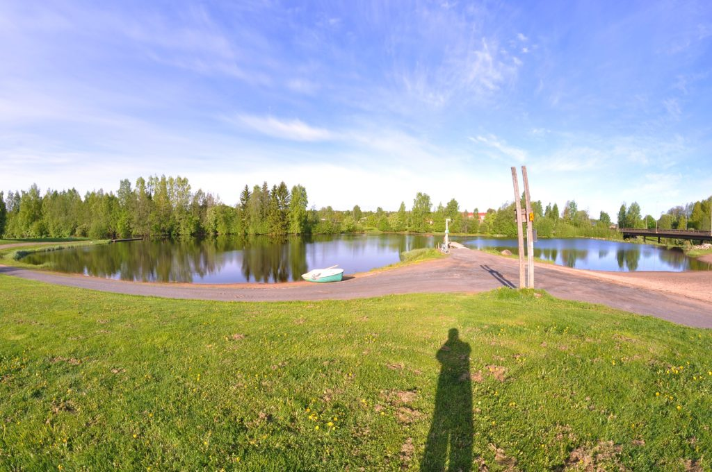 Kuvassa Sahanlammen uimaranta ja pelastusvene