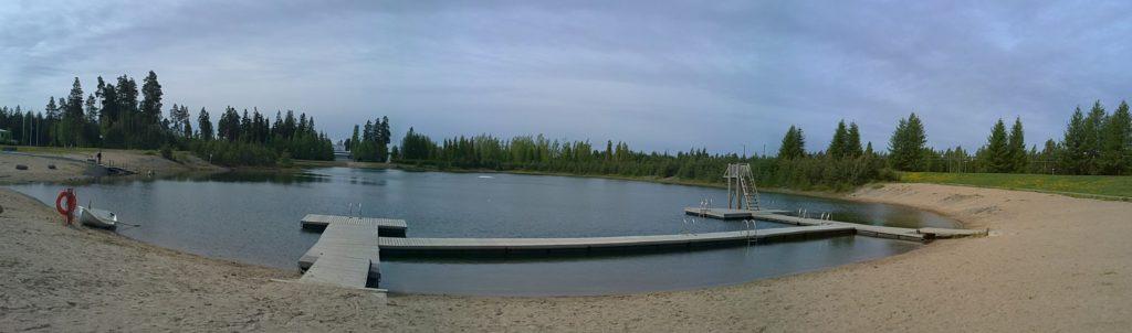 Kuvassa Tanelinrannna uimarannan pelastusvene ja laituri.