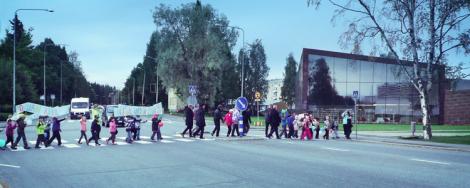Pohjan koulun oppilaat marssimassa Kirjastoon lukudiplomitapahtuman avajaisiin.