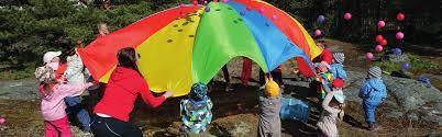 Lapset leikkivarjolla leikkimässä