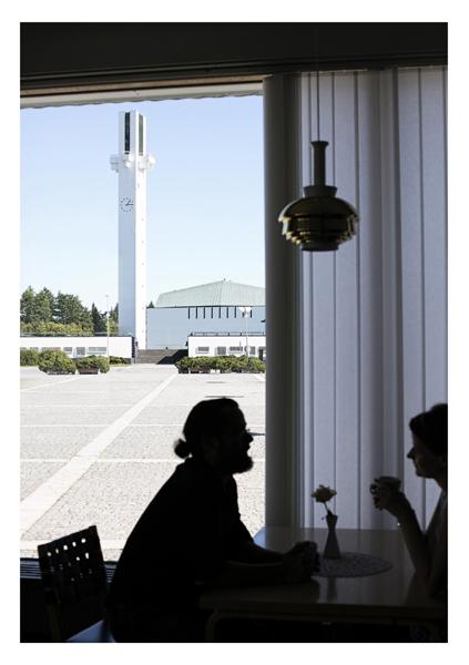 Postikortti, jonka kuvassa pariskunta kahvilassa kaupunginteatterissa ikkunan edessä.