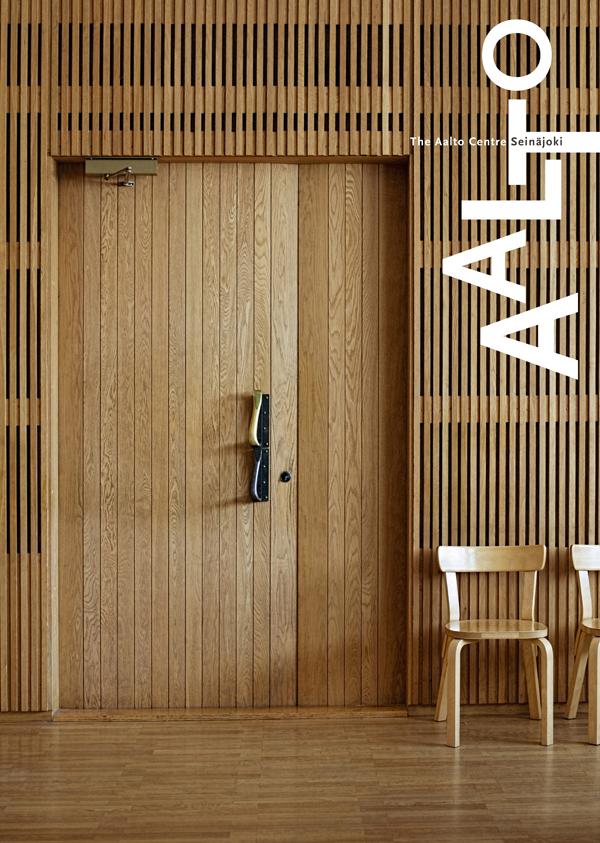 Juliste, jossa Aallon suunnittelema käräjäsalin paneloitu sisäseinä ja -ovi kuvattuna.