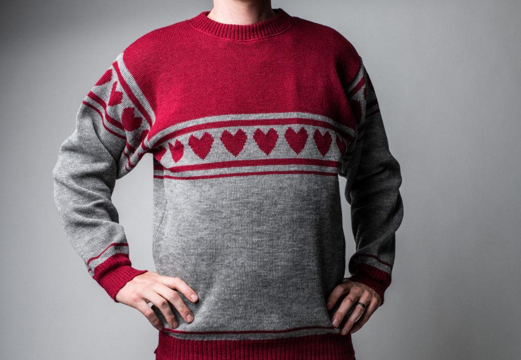 Punaharmaa villapaita, jussipaita, jossa perinteiset salmiakkikuviot on korvattu sydämillä. Uusi paita on nimeltään Rakastunut Jussi -paita.