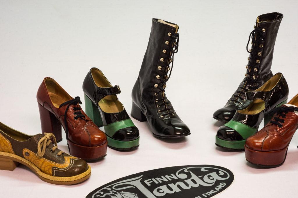 Vanhanaikaisia kenkiä rivissä