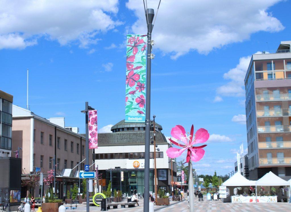 Seinäjoen keskustori, jossa pylväissä värikkäitä horsma-lippuja.