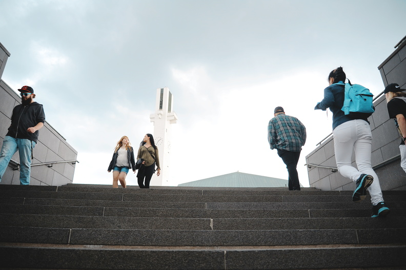 Nuoria kävelemässä, taustalla Lakeuden risti